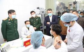 志願者接受人體接種疫苗。(圖源:泰山)