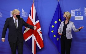 英國首相約翰遜與歐盟主席馮德萊恩。(圖源:AFP)