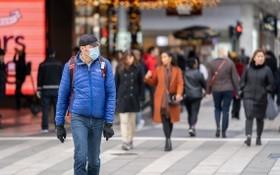 11月3日,在瑞典斯德哥爾摩市街頭上,一名男子戴口罩出行以防新冠病毒感染。(圖源:Getty Images)