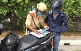 交警正處罰違反交規者。