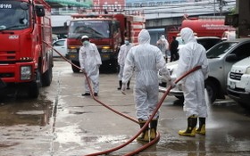 防疫人員在沙沒沙空府水產市場及附近展開消毒防疫工作。(圖源:Bangkok Post)