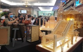 觀眾觀賞獲列入世界紀錄大全的遺產建築模型。