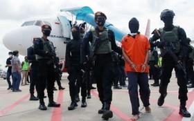 已被通緝14年的拉萬加(戴手銬者)被認定參與了2004年至2006年間發生在印尼南蘇拉威西省波索(Poso)中央市場和體育中心的多起爆炸案和其他一些恐怖行動。 (圖源:路透社)