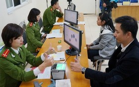 河內市民在辦理公民身份證簽發手續。(圖源:PV)