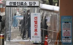 12月22日,首爾市冠岳區衛生站的篩查診所前排起長隊。 (圖源:韓聯社)