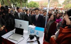 政府副總理武德膽(中)參觀大中學生的創業展位。(圖源:潘草)