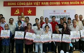 越華同胞獲贈送醫保卡。