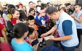 Samsung HCMC CE Complex電子有限責任公司經理部代表在工人回鄉過年之前向其子女發紅包。