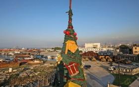 當地時間12月20日,一棵裝飾著消防員制服的聖誕樹亮相黎巴嫩貝魯特街頭,以此向貝魯特爆炸案中的救援人員致敬。(圖源:互聯網)