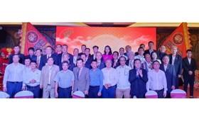 市龍獅協會執委會與市有關部門領導合影。