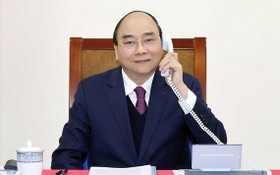政府總理阮春福22日在政府辦事處與美國總統特朗普通電。(圖源:外交部)