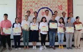梁萬榮理事長(後排左三)與各位理事同獲獎大學生合照。