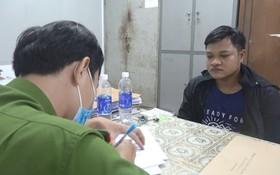 調查員向嫌犯陳清順錄取口供。(圖源:婷婷)