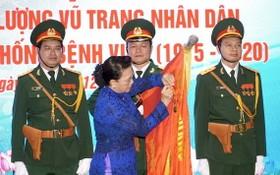 國會主席阮氏金銀向175號軍醫院頒授人民武裝力量英雄稱號。(圖源:越通社)