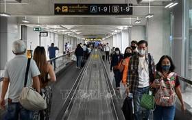泰國曼谷素萬那普機場,旅客們都戴上口罩以防感染新冠病毒。(圖源:AFP)