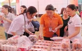 女工下班後在一個流動售貨攤選購食品。(圖源:雲明)