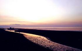 在巴厘島,看別有韻味的黑色沙灘美景