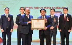 阮春福總理向計劃與投資部長阮志勇頒授一等 獨立勳章。(圖源:VGP)