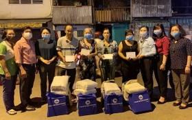 受火警影響家庭接受市越南祖國陣線委員會的禮物。