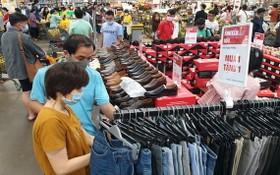 各大超市在元旦期間推出大減價活動,吸引了眾多消費者前來購物。