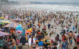 1月1日下午,頭頓市後灘上擠滿了前來休閒度假的遊客。(圖源:福俊)