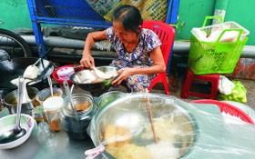 李大娘在賣炒米粉。