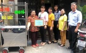 華人婦女畢家麗獲贈送謀生工具。