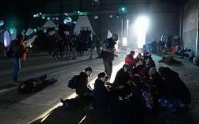 法國防疫期間仍人舉行大型跨年派對,超過2500人參加。(圖源:互聯網)