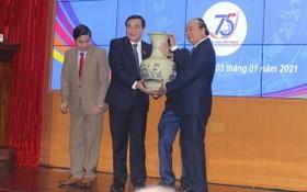 政府總理給廣南省黨部贈送紀念品。(圖源:晉成)
