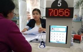 市民在第一郡人委會辦公廳辦理行政手續。(圖源:黃雄)