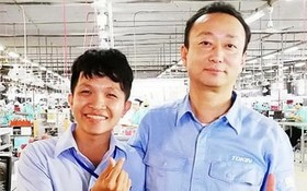 張志忠(左)與同事在廠房合影。
