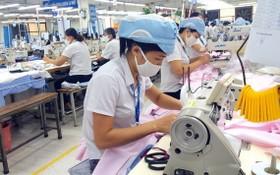 女工在成衣車間縫製服裝。(示意圖源:互聯網)