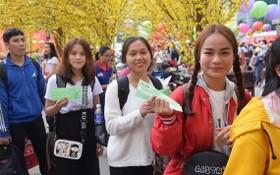 圖為去年返鄉過年的大學生領取車票。(圖源:德維)