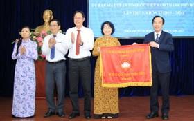 市越南祖國陣線委員會榮獲全面出色錦旗。