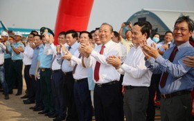 政府常務副總理張和平與各代表迎接降落航班。(圖源:光廉)