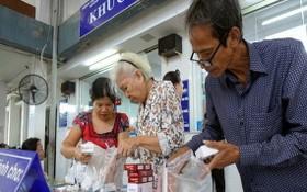 病人在統一醫院領取醫保藥品。