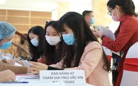 志願者前到軍醫學院登記臨床試驗國產Nanocovax新冠肺炎疫苗。(圖源:太平)
