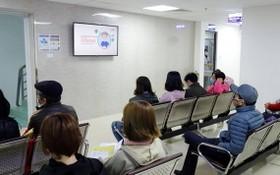 圖為前至醫院門診部的人士掛號等待求診。(圖源:Tr. Hằng)