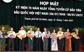 市委常務副書記陳留光(左五)向市國會代表團成員贈送鮮花。(圖源:越勇)