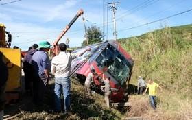拖吊車把側翻的臥鋪客車拖離現場。(圖源:林園)