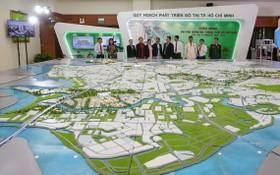 代表們參觀看守德市建設藍圖。