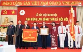 國家副主席鄧氏玉盛(右四)向115人民醫院頒授錦旗和革新時期勞動英雄稱號。(圖源:清光)