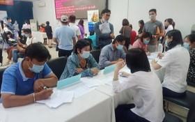 眾多年輕求職者前到市輔業勞務中心尋求就業機會。
