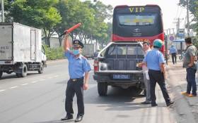 職能力量檢查客運車輛。(圖源:TTO)