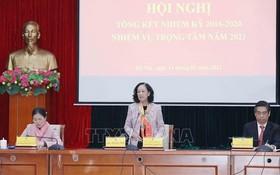 中央民運部長張氏梅(中)在會上發表指導會議。(圖源:越通社)