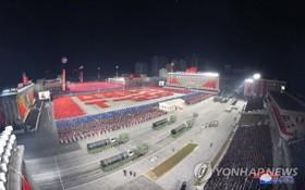 朝鮮14日晚舉行閱兵式紀念勞動黨第八次全國代表大會。圖為從空中俯瞰閱兵式。(圖源:韓聯社/朝中社)