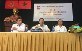 阮文瓊(中)蟬聯2020-2025年任期市古文物協會主席一職。(圖源:保平)