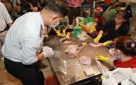 市食品安全管委會檢查團親往平田集散市場對各類食品進行採樣檢驗。(圖源:市黨部新聞網)
