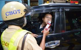 交警在給一名司機進行呼氣式酒精測試。(圖源:木棉)