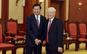 黨中央總書記、國家主席阮富仲(右)與老撾人民革命黨中央執委會總書記通倫‧西蘇里。(圖源:VGP)